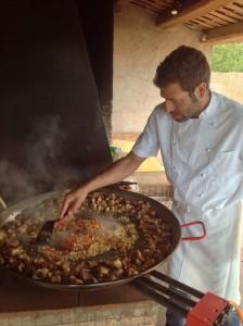 Maden på WorkAway fejler ikke noget - her er vores kok i gang med at forberede afslutningsmiddagen